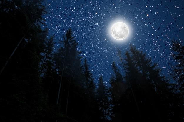 Tła nocne niebo z gwiazdami, księżycem i chmurami