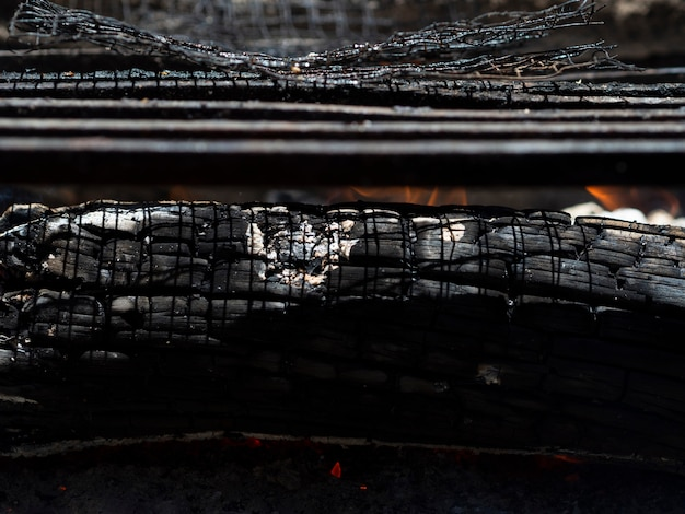 Tlący się popiół w ognisku