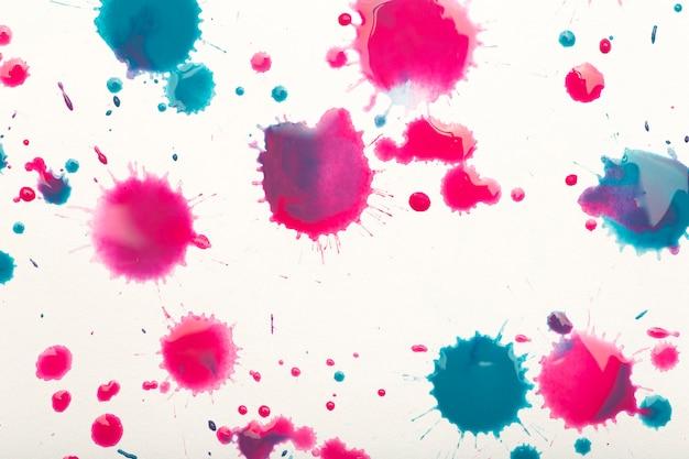 Tle akwarela. kolorowe pociągnięcia pędzlem farby akwarelowej na białym papierze. zdjęcie wysokiej jakości