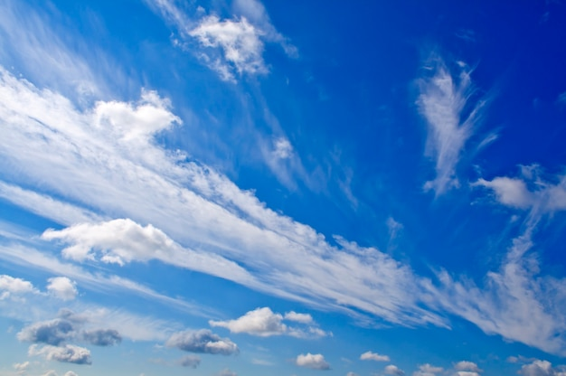 Tle przyrody. białe chmury nad błękitnym niebem