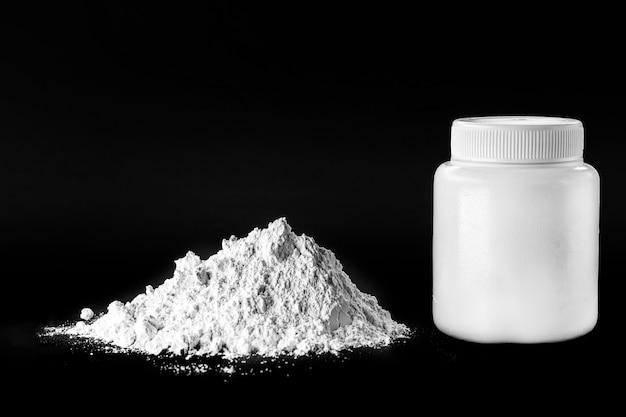 Tlenek cynku, biały proszek stosowany jako inhibitor wzrostu grzybów w farbach oraz jako maść antyseptyczna w medycynie