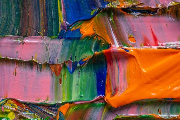Tło artystyczne. różne jasne kolory farb olejnych są mieszane na zbliżeniu palety.