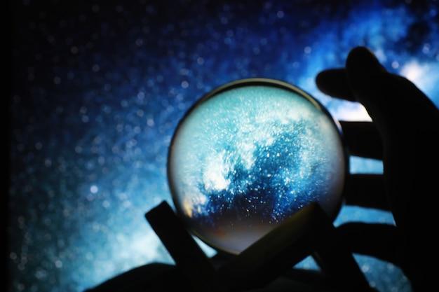 Tło astrologiczne. kryształowa kula z prognozami. horoskop gwiazd. wróżenie i determinacja losu. wróżbita z kryształową kulą.