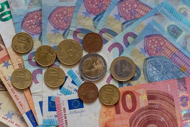 Tło banknotów euro i monet euro centów tekstura euro