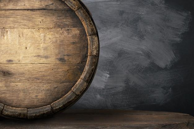 Tło baryłkę i zużyty stary stół z drewna