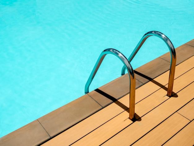 Tło basen z minimalistycznym stylem drabiny.