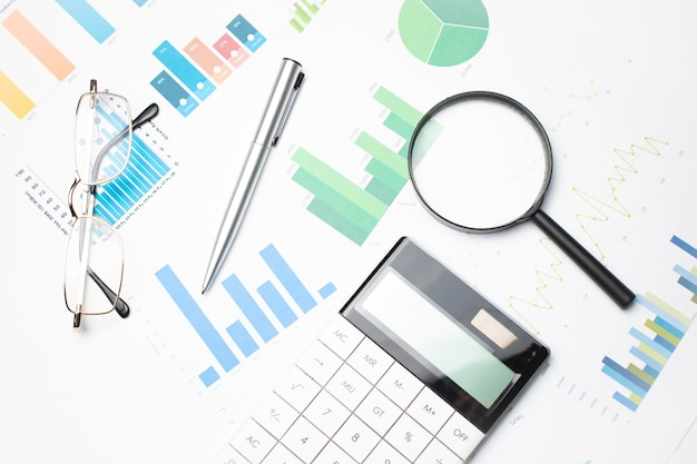 Tło biznesowe, koncepcja danych finansowych z piórem i lupą