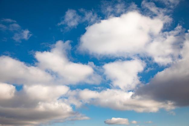 Tło błękitnego nieba z abstrakcyjnymi chmurami.