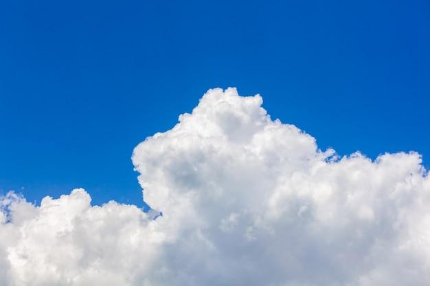 Tło błękitnego nieba z białymi chmurami, natura