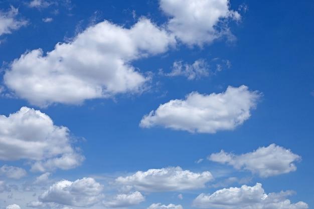 Tło błękitnego nieba z chmurą. skopiuj miejsce