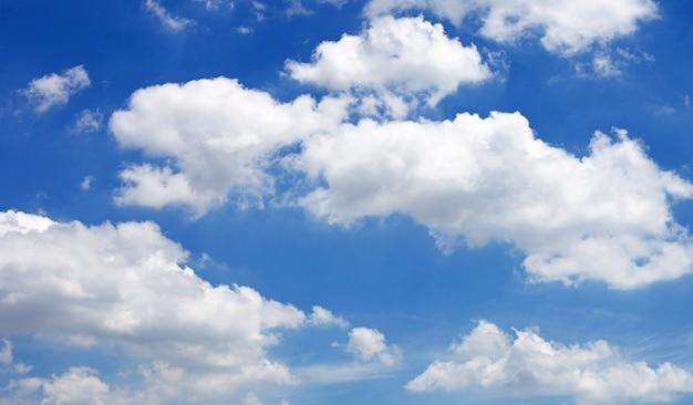 Tło błękitnego nieba z chmurą