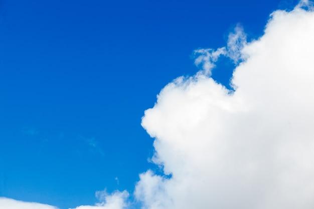 Tło błękitnego nieba z chmurami. białe chmury na niebieskim niebie.