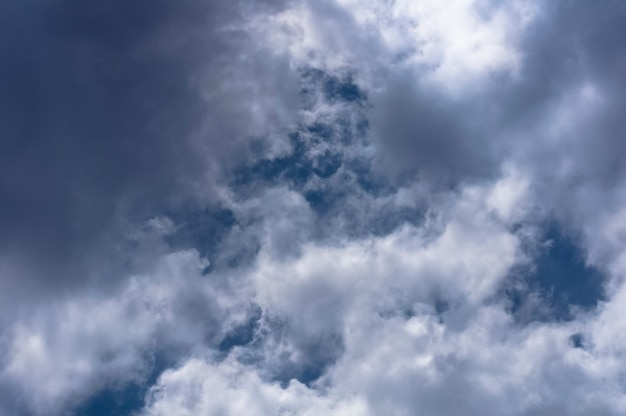 Tło błękitnego nieba z chmurami. niebo brazylii.