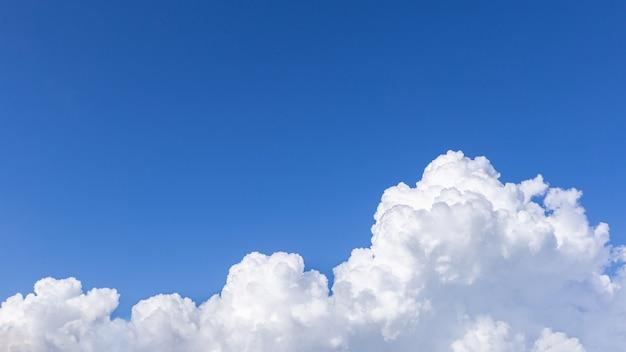 Tło błękitnego nieba z chmurami