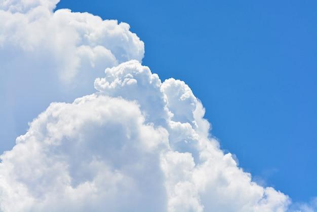 Tło błękitnego nieba z chmurami.