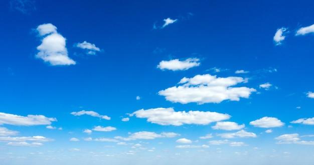 Tło błękitnego nieba z drobnymi chmurami. puszyste chmury na niebie. tło letnie niebo