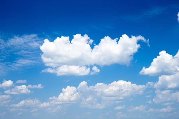 Tło błękitnego nieba z drobnymi chmurami