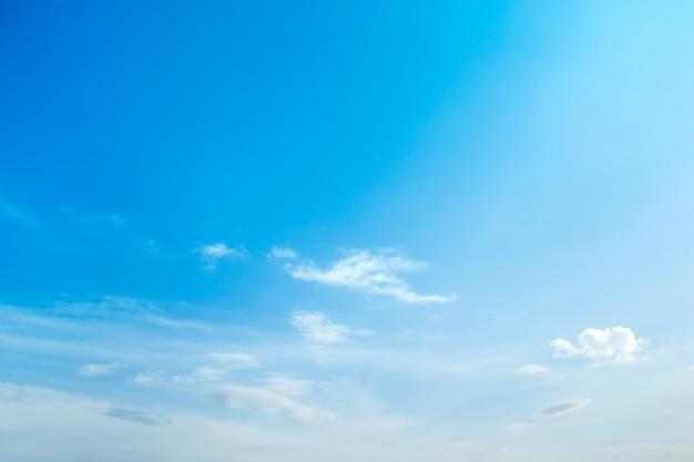 Tło błękitnego nieba z drobnymi chmurami.