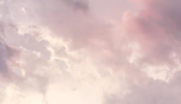 Tło błękitnego nieba z różowymi chmurami o zachodzie słońca