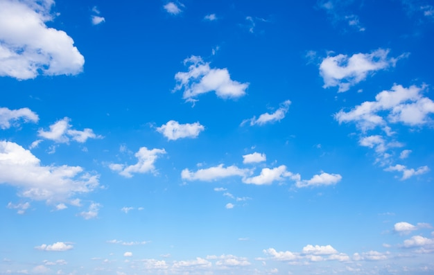 Tło błękitnego nieba.