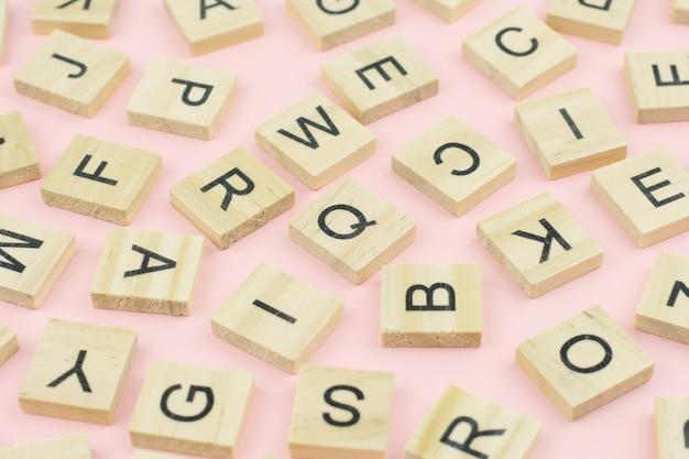 Tło bloków typografii typografii drewna, losowe litery alfabetu