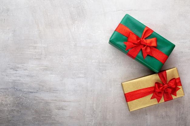 Tło boże narodzenie, z realistycznym pudełkiem na prezenty i konfetti z brokatem.