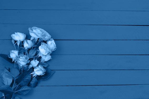 Tło bukiet niebieskich róż zabarwiony na obchody rocznicy, urodzin lub dnia matki