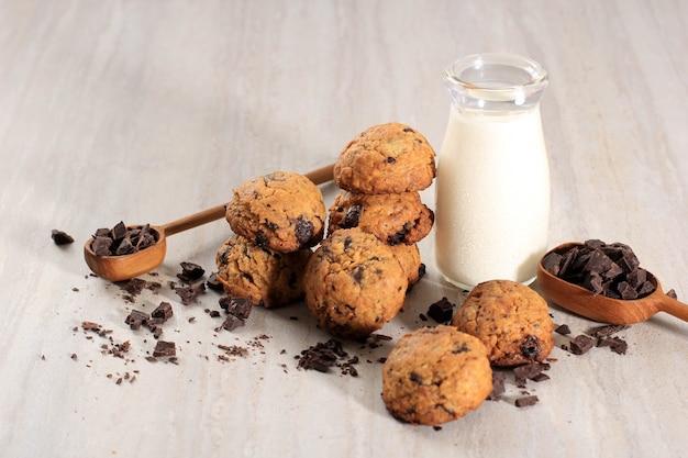 Tło ciasteczka czekoladowe z miejsca kopiowania na drewnianym stole. domowe jedzenie lub przekąska dla dzieci, podawane z mlekiem. kopiuj miejsce na tekst