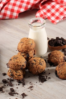 Tło ciasteczka czekoladowe z miejsca kopiowania na drewnianym stole. domowe jedzenie/przekąska dla dzieci podawana z mlekiem