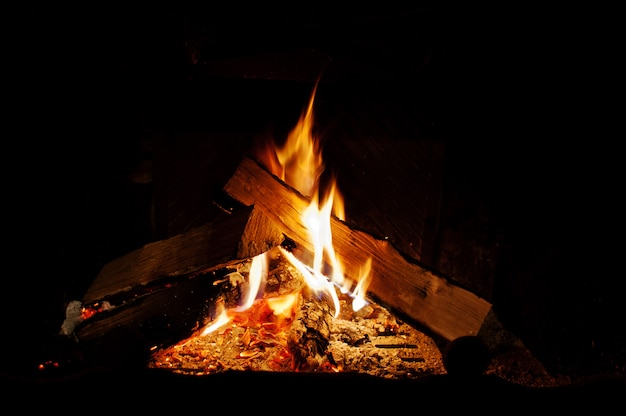 Tło ciepły ogień w domu kominek
