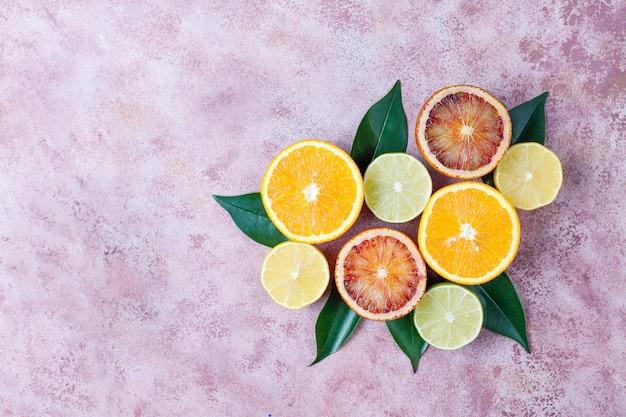 Tło cytrusowe z bukietem świeżych owoców cytrusowych