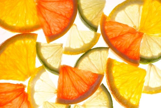 Tło cytrusowe z plasterków pomarańczy, cytryny, limonki i grejpfruta