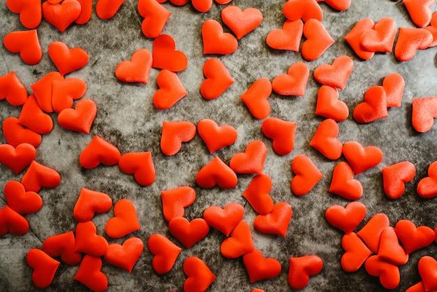 Tło czerwoni romantyczni serca usar na walentynka dniu
