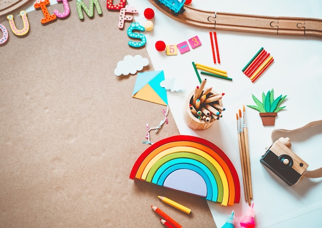 Tło dla dzieci w wieku przedszkolnym zabawki edukacyjne i przybory szkolne do rysowania i robienia majsterkowiczów