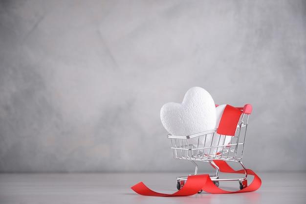 Tło dla karty z pozdrowieniami walentynki. koncepcja walentynki. serca w koszyku.
