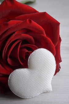 Tło dla karty z pozdrowieniami walentynki. koncepcja walentynki. wstążki czerwony prezent, prezenty, serca na tle drewnianych.
