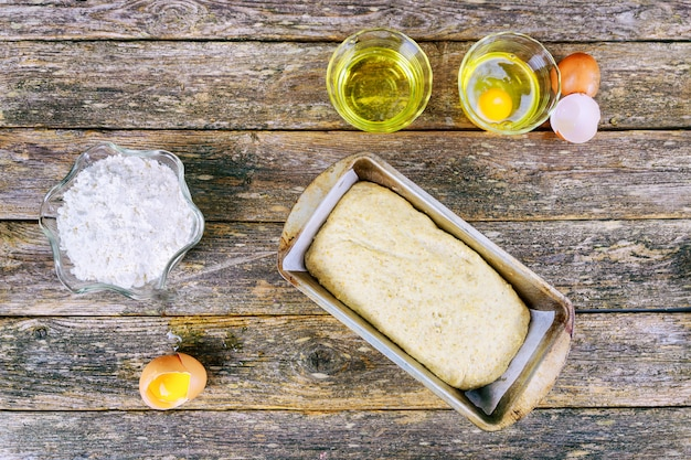 Tło do pieczenia mąki z surowego jajka, wałkiem i kłos pszenicy