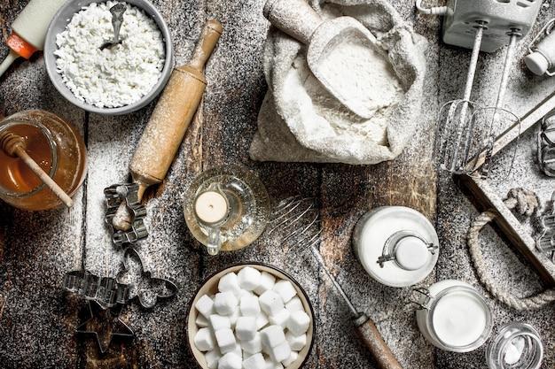 Tło do pieczenia. składniki na świeże ciasto. na drewnianym tle.