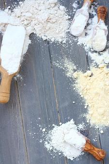 Tło do pieczenia z mąką bezglutenową - mąka z ryżu, prosa, owsa i ciecierzycy. oglądane z góry