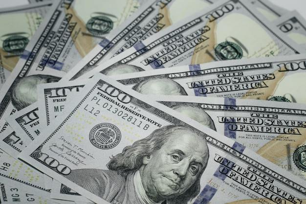 Tło dolarów, sto banknotów dolara usa, wiele amerykańskich pieniędzy w gotówce, selektywne focus.