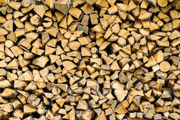 Tło drewna opałowego na podwórku wiejskiego domu murowanego z drewna opałowego