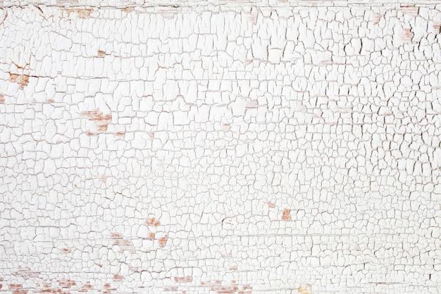 Tło drewniana deska z pękniętą farbą. biały - struktura drewna skórki