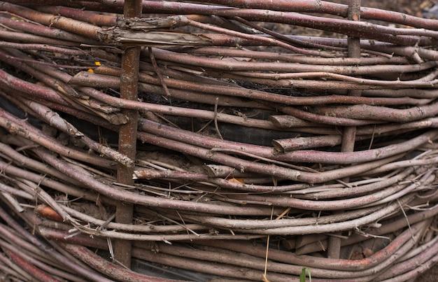 Tło drewnianego ogrodzenia z gałęziami. strzał zbliżeniowy