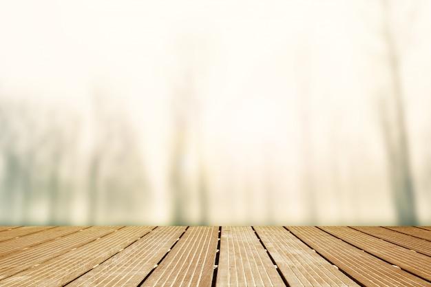 Tło. drewniany chodnik z niewyraźne panoramy mglisty krajobraz