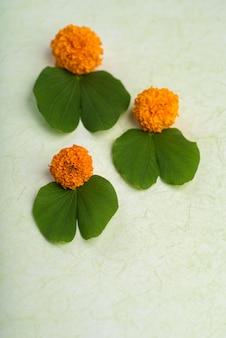 Tło festiwalu indian dussehra przedstawiające liście i kwiaty nagietka