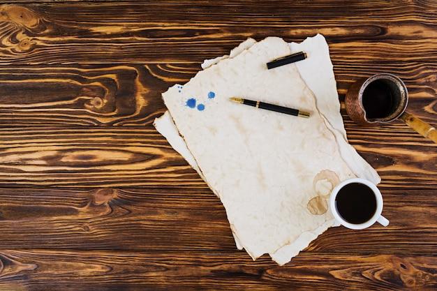 Tło filiżanka kawy na starym papierze