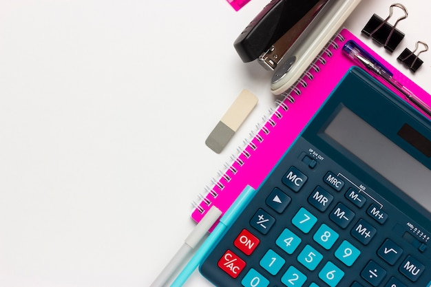 Tło finansowe lub rachunkowe z miejscem na tekst. kalkulator, artykuły papiernicze