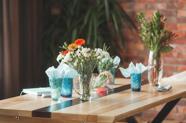 Tło florystyczne. kwiaty na stole. kompozycja z tulipanów i innych roślin. kwiatowa klasa mistrzowska.