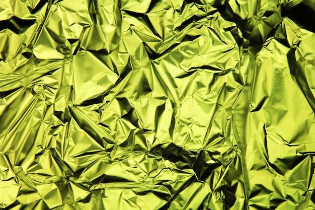 Tło foliowe. zmięta folia. abstrakcyjne tło. tapeta. zielony
