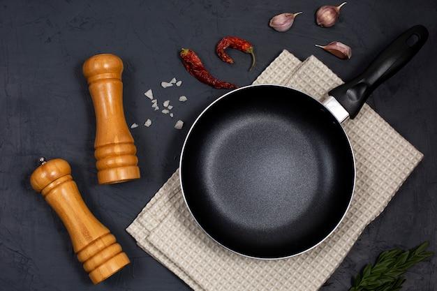 Tło gotowania żywności z patelni lub patelni, przyprawy i zioła